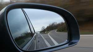 Cara-Menghilangkan-Bintik-dan-Noda-pada-Spion-Mobil