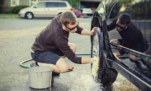 Mencuci-Mobil-di-Rumah